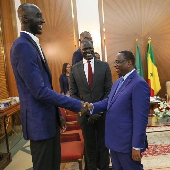 https://senegal7.com/wp-content/uploads/2019/07/Arre%CC%82t-sur-image-Le-basketteur-Tacko-Fall-et-Macky-Sall.jpeg