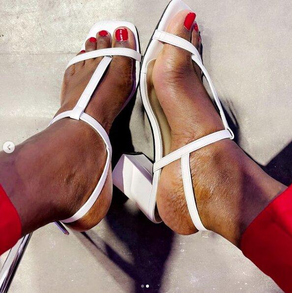 ( 05 Photos ) Les Nouvelles photos torrides de Bijou Ndiaye de la Tfm, elle se montre en Rouge « Danger »