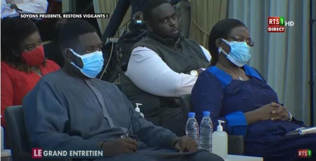 """Arrêt sur image – """"Le Grand Entretien"""" : La famille présidentielle assiste au débat"""