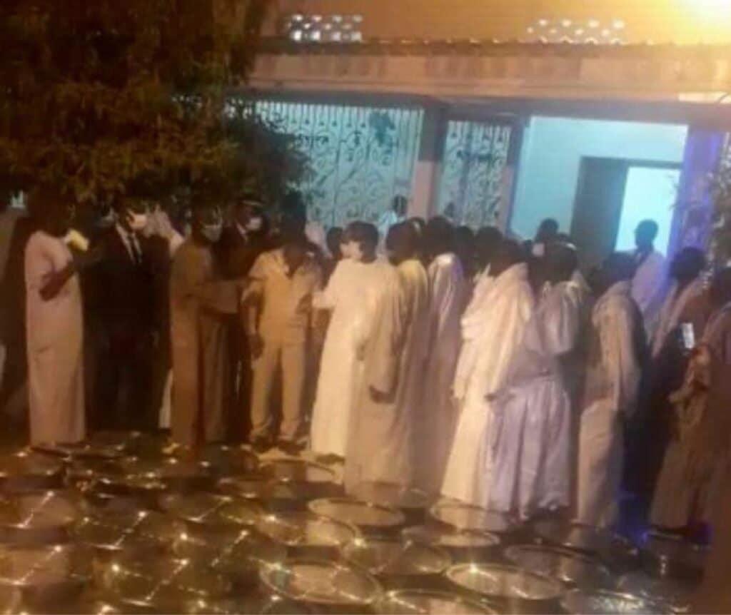 (Photos) Touba: Macky Sall reçu nuitamment par Serigne Mountakha, après la visite de Sonko