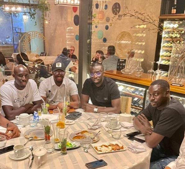 Momo Diamé, Cheikh Mbengue, Pape Kouly et Rémi Gomis se retrouvent à Dakar dans un restaurant
